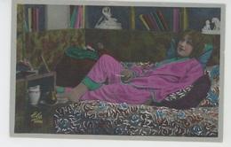 FEMMES - FRAU - LADY - Jolie Carte Fantaisie Femme En Pyjama Allongée Sur Canapé Fumant Une Cigarette - Femmes