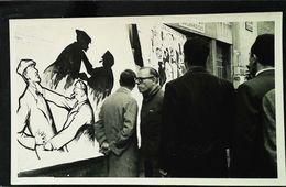 Photo MAI 1968 (Grève Ouvrière) Affichage Dessin Politique à Paris   (Dim 14 X 9 Cm  ) - Anonymous Persons