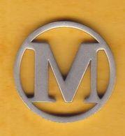 Jeton De Caddie En Métal - Lettre M - Fond évidé - A Identifier - Jetons De Caddies