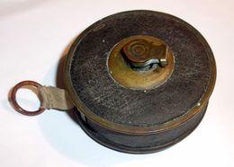 Ancien Mètre Ruban En Tissu - Boîte Laiton Et Cuir - Altre Collezioni