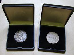 Méd. 5. Deux Médailles De La Croix-Rouge. 1935-1985 Dans Leur étui - Professionnels / De Société