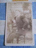 ARGENTAN (61) - CDV Portrait Militaire Assis Dans Un Jardin - Légendée - 104 Sur Col - Infanterie - Dos Muet - - Guerra, Militari