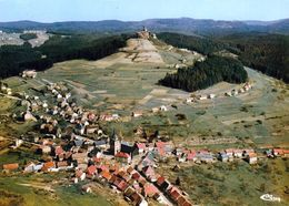 1 AK Frankreich * Blick Auf Den Ort Dabo - Im Hintergrund Der Felsen Le Rocher Mit Der Dagsburg - Luftbildaufnahme * - Dabo