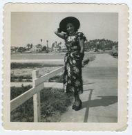 Belle Femme Robe à Fleur Avec Chapeau 1955 - Personnes Anonymes