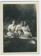 3 Belles Femmes En Robe Assises Dans L'herbe - Personnes Anonymes