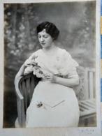 Grande Photographie Ancienne - Belle Jeune Femme à La Rose - Années 1920/30 Environ- TBE - Personnes Anonymes