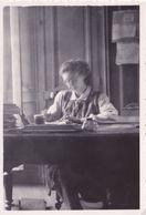Femme écrivant Une Lettre Avec Un Encrier, Photos Floue Visage Double - Personnes Anonymes