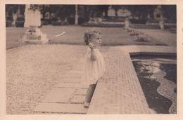Enfant Jetant Des Objets Dans Une Fontaine - Personnes Anonymes