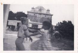 Enfants Qui Ce Dispute Pour Prendre Une Photo 1956 - Personnes Anonymes