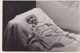 Enfant Malade Sur Un Lit D'hôpital - Personnes Anonymes