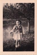 Petite Fille En Robe à 2 Ans Et Demi En Février 1949 - Personnes Anonymes