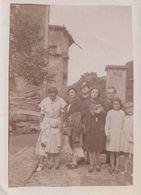 Femmes Avec Un Bouquet De Fleurs Dans Un Village - Personnes Anonymes
