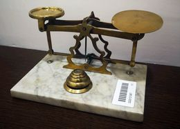 (1900ca). Balanza Pesa Cartas Realizada En Latón Con Base De Mármol, Incluyendo Cuatro Pesas De Diversas Medidas, Expres - Unclassified