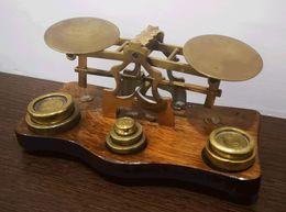 (1900ca). Balanza Pesa Cartas Realizada En Latón Con Base De Madera, Incluyendo Varias Pesas De Diversas Medidas, Expres - Unclassified