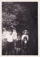 Groupe D'enfant Devant Une Grotte - Personnes Anonymes