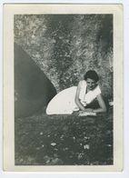 Belle Femme En Robe Allongée Dans L'herbe 1933 - Personnes Anonymes