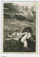 Belle Femme En Robe Dans L'herbe Avec Sa Fille - Personnes Anonymes