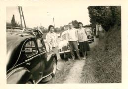 RENAULT 4CV ET DAUPHINE A PONT L'EVEQUE EN 1960  VOITURES ANCIENNES  PHOTO ORIGINALE 13 X 9 CM - Cars