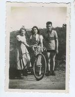 Jeunes Femmes Et Jeune Homme à Vélo - Personnes Anonymes