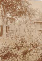 Grand Mère Dans Son Jardin - Personnes Anonymes