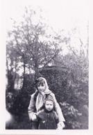 Enfants Dans Un Jardin - Personnes Anonymes