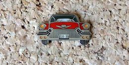 Pin's Cadillac 1957 Rouge - émaillé - Fabricant DEMONS & MERVEILLES - Pin's & Anstecknadeln