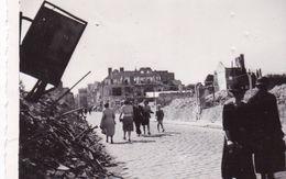 PHOTO ORIGINALE 39 / 45 WW2 WEHRMACHT FRANCE EVREUX SCENE DE VIE DANS LA VILLE EN RUINE - Guerre, Militaire