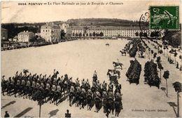 56 . PONTIVY ..LA PLACE NATIONALE UN JOUR DE REVUE DU 2e CHASSEURS. 1907 - Pontivy