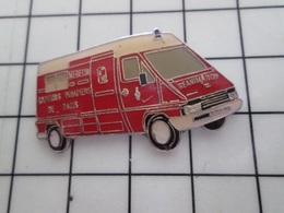 1420 Pin's Pins / Beau Et Rare / THEME : POMPIERS / AMBULANCE REANIMATION SAPEURS POMPIERS DE PARIS - Pompiers