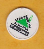 Jeton De Caddie En Plastique - Leroy-Merlin Albufeira (Espagne) 10 Anos - Grande Surface De Bricolage - Revers 0.50€ - Jetons De Caddies