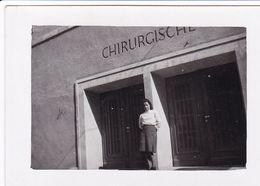 PHOTO ORIGINALE 39 / 45 WW2 WEHRMACHT FRANCE SAINT OMER 1943 UNE INFIRMIÈRE ALLEMANDE DEVANT LA CHIRURGIE - Guerre, Militaire