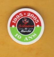 Jeton De Caddie En Plastique - Intermarché - Le Bistrot Du Marché 10 Ans 1995-2005 - Les Mousquetaires - Supermarché - Jetons De Caddies