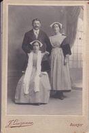 Grande Photos Originale  J Lauzanne Auray Mr Maillot Et 2 Femmes En Habits Folklorique Et Coiffes A Bono 1890 Réf 791 - Fotos