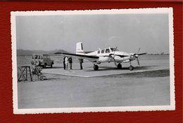 Photo Aéroport,petit Avion Bi Moteur,jeep 4X4  En Afrique - Luchtvaart