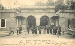 55 - Verdun - Porte Saint Paul - Corps De Garde - Animée - Oblitération Ronde De 1904 - Etat Pli Visible - CPA - Voir Sc - Verdun