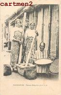 MADAGASCAR FEMMES MALGACHES PILANT LE RIZ 1900 ETHNIC ETHNOLOGIE - Madagascar