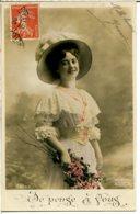Mode - Chapeaux - Femme Avec Chapeau Garni Autruche - Je Pense à Vous - Women