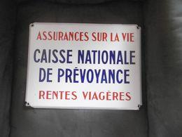 ANCIENNE PLAQUE EMAILLEE CAISSE NATIONALE DE PREVOYANCE ASSURANCES SUR LA VIE - Advertising (Porcelain) Signs