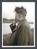 Jeune HOMME Adolescent Rebelle Cigarette à La Bouche Les Cheveux Au Vent - PHOTO Originale Gay Interest - Personnes Anonymes