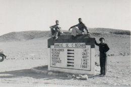 """Algérie. Militaires Sur Un Panneau Routier """" Annexe De C.Bechar """" Circa 1950 - Guerre, Militaire"""