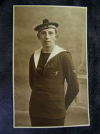 C.P.A.- Carte Photo. - Cherbourg (50) - Matelot Avec Bâchi Béret Nautique Cherbourg - 1910 - SUP - (DJ 86) - Cherbourg