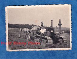 Photo Ancienne D'un Soldat Français - FRONT STALAG 196 Camp De Tailly / Charleville Ardennes - Tracteur Agriculture WW2 - Krieg, Militär
