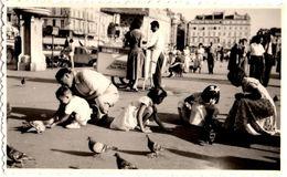 Photo Originale Place Animée Autour Des Pigeons & Vendeur De Crêpes & Glaces Ambulant De La Maison Félix Vers 1960 - Orte