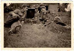 Photo Originale Guerre 1939/45 - Sourires De Soldats Allemands Autour D'un Gramophone & Chaussures Cloutées Vs 1940 - Guerra, Militari