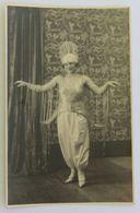 Carte Photo Belle Jeune Femme Pin Up Des Années Folles Chapeau Et Tenue à Voir Artiste De Cabaret ?? - To Identify