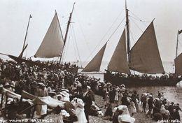 Sussex HASTINGS - YACHTS  Pleasure Boat Sailboat Crowd Beach Photo By Judges Bateau De Plaisance Voilier Foule Plage - Voiliers