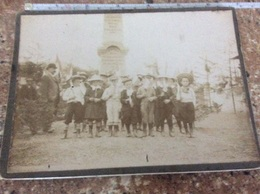 ETIVAL. Groupe D'enfants écoliers Avec Instituteur ?devant Le Monument Aux Morts De 1870 - Etival Clairefontaine