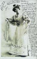 Carte Postale Vers 1900 - Mlle Darrières En Costume Robe De Théatre - Artiste Lyrique   (Photo Reutlinger) - Vintage Clothes & Linen