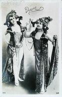 Carte Postale Vers 1900 - Mlle Derike En Costume Robe De Théatre - Artiste Lyrique   (Photo Montage Reutlinger) - Vintage Clothes & Linen