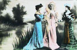 Carte Postale Vers 1900 - Trois Actrices  En Costume Robe De Théatre  - Léger Pli En Coin  (Photo Montage  Reutlinger) - Vintage Clothes & Linen